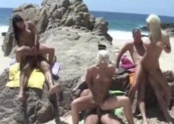 Imagen Acuden a una playa y terminan follando en una orgía brutal