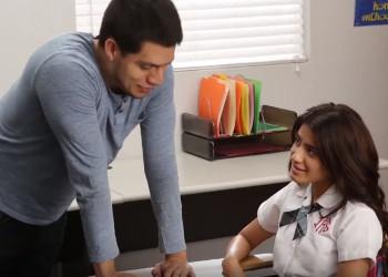 Imagen Colegiala latina seduce a su compañero en medio de clase