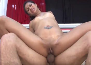 Imagen Colombiana lubrica su culo para gozar de sexo anal