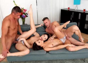 Imagen Dos rusas se calientan y terminan con sus chicos en una orgía