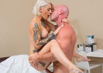 Imagen Emo tetona luce tatuajes delante del pintor hasta pedirle sexo