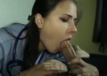 Imagen Enfermera cachonda ve el pollón de su paciente y se lo come