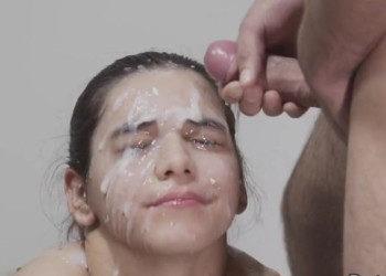 Imagen Guapa española se prepara para recibir litros y litros de lefa