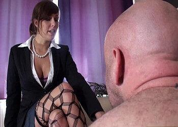 Imagen Hace de dominatrix para su pareja y le deja partirle el trasero