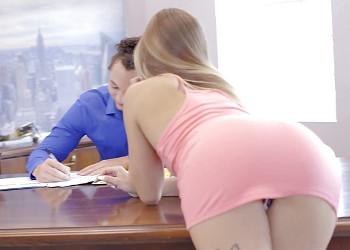 Imagen La joven becaria seduce a su jefe hasta acabar follándoselo
