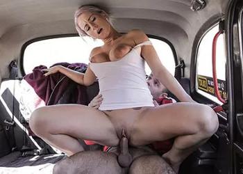Imagen La taxista tetona prefirió cobrarse con sexo en el asiento de atrás