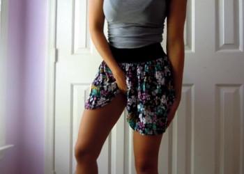 Imagen Levanta su falda y muestra su perfecto trasero mientras se masturba