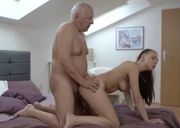 Imagen Lleva a su nieta al dormitorio para probar su chochito