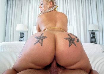 Imagen Luce sus nalgas tatuadas antes de disfrutar de sexo en el hotel