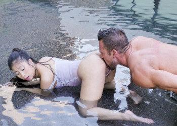 Imagen Oriental tetona se relaja en la piscina con un buen polvazo