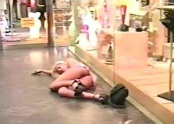 Imagen Rubia borracha se deja dar por el culo en el centro comercial