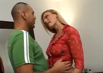 Imagen Rubia infiel se folla a uno de los amigo de su marido