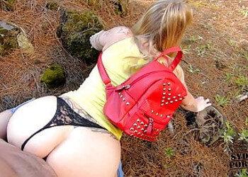 Imagen Rubia nalgona aprovecha el paseo para follar duro en plena naturaleza
