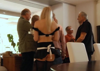 Imagen Un grupo de viejos acaba follándose a la sexy camarera